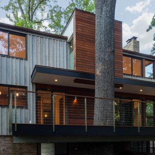 Идея дизайна: дом в современном стиле с облицовкой из металла