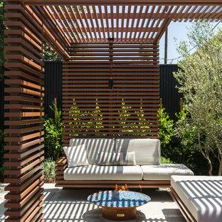 Kleines, Einstöckiges, Weißes Modernes Haus mit Mix-Fassade und Flachdach in Los Angeles