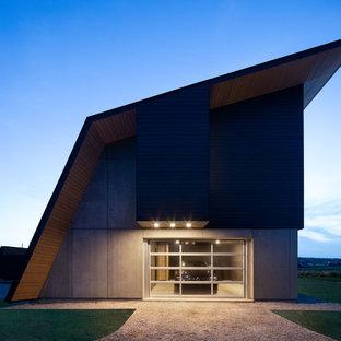 Modelo de fachada de casa negra, minimalista, de tamaño medio, con tejado a doble faldón y tejado de varios materiales