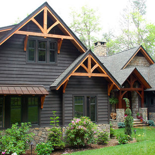 Esempio della facciata di una casa classica con rivestimento in legno e tetto a capanna