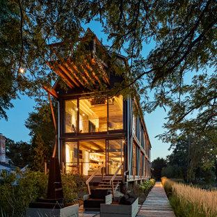Diseño de fachada de casa urbana, de tres plantas, con tejado a dos aguas