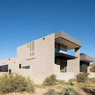 Diseño de fachada de casa beige, minimalista, de tamaño medio, de dos plantas, con revestimiento de hormigón y tejado plano