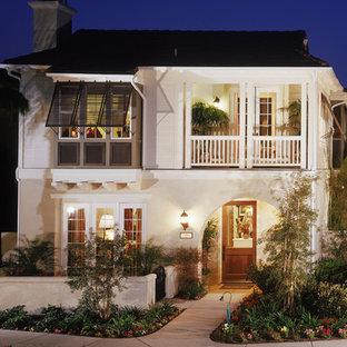 ロサンゼルスのトロピカルスタイルのおしゃれな家の外観の写真