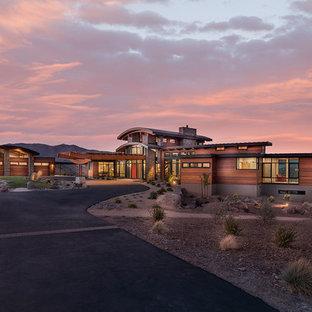 Idee per la facciata di una casa unifamiliare grande multicolore contemporanea a due piani con rivestimenti misti, tetto a padiglione e copertura mista