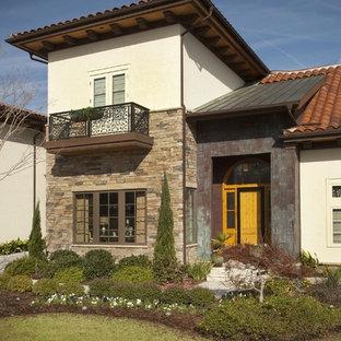Imagen de fachada mediterránea con revestimiento de metal y tejado de varios materiales