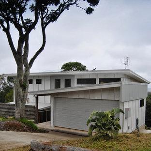 ゴールドコーストのコンテンポラリースタイルのおしゃれな家の外観 (コンクリート繊維板サイディング、グレーの外壁、片流れ屋根) の写真
