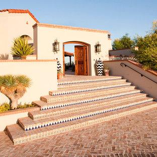 Imagen de fachada mediterránea con revestimiento de estuco