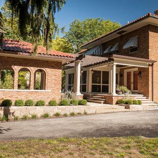 Idéer för ett stort medelhavsstil oranget hus, med allt i ett plan, tegel och tak med takplattor