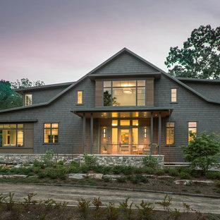 他の地域のトランジショナルスタイルのおしゃれな家の外観 (混合材サイディング、茶色い外壁、切妻屋根、戸建、金属屋根) の写真