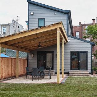 Modelo de fachada de casa gris, bohemia, extra grande, de dos plantas, con revestimiento de hormigón, tejado de un solo tendido y tejado de teja de madera
