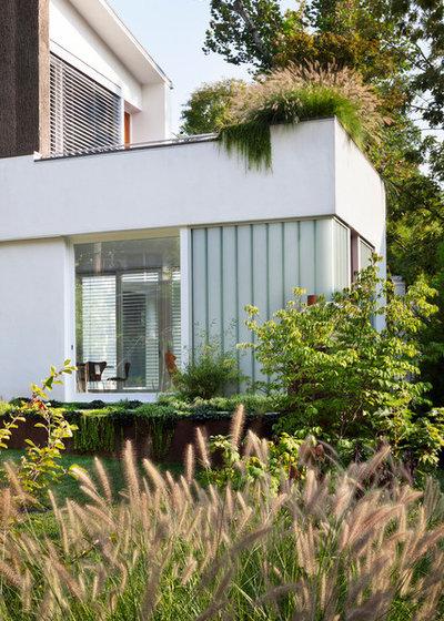 Contemporain Façade by Clinton & Associates, PC Landscape Architects