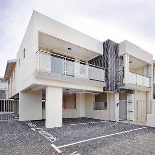 Immagine della facciata di un appartamento ampio multicolore industriale a due piani con rivestimenti misti, tetto a padiglione e copertura in metallo o lamiera