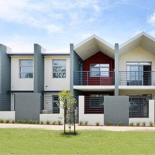 Diseño de fachada de piso multicolor, minimalista, extra grande, de dos plantas, con revestimiento de hormigón, tejado a dos aguas y tejado de metal