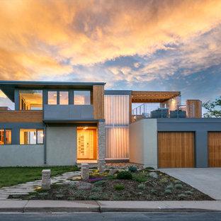 デンバーのコンテンポラリースタイルのおしゃれな家の外観 (漆喰サイディング、グレーの外壁) の写真