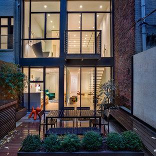 Inspiration för ett funkis radhus, med tre eller fler plan och glasfasad