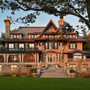 Свежая идея для дизайна: большой, трехэтажный фасад дома в викторианском стиле с комбинированной облицовкой - отличное фото интерьера