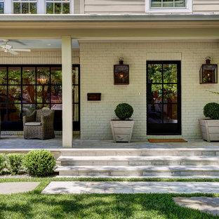 Zweistöckiges, Weißes Shabby-Chic-Style Haus mit Backsteinfassade in Houston