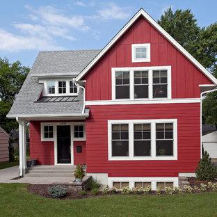 Idee per la facciata di una casa piccola rossa country a due piani con rivestimento in legno e tetto a capanna
