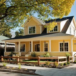 Mittelgroßes, Zweistöckiges, Gelbes Landhausstil Haus mit Satteldach in San Francisco