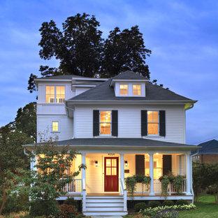 Diseño de fachada blanca, campestre, de tamaño medio, de tres plantas, con revestimiento de madera y tejado a cuatro aguas