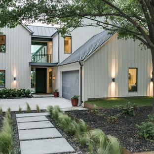 Imagen de fachada blanca, clásica renovada, grande, de dos plantas, con revestimiento de madera y tejado a dos aguas