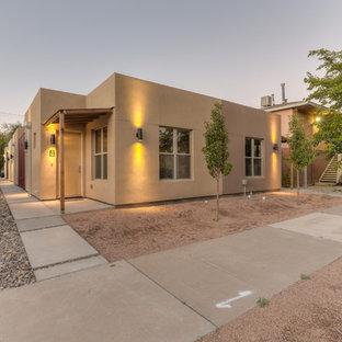 アルバカーキの小さいコンテンポラリースタイルのおしゃれな家の外観 (漆喰サイディング、茶色い外壁、アパート・マンション、緑化屋根) の写真