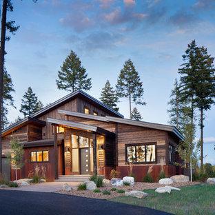 Ispirazione per la facciata di una casa unifamiliare rustica con rivestimento in legno e tetto a una falda