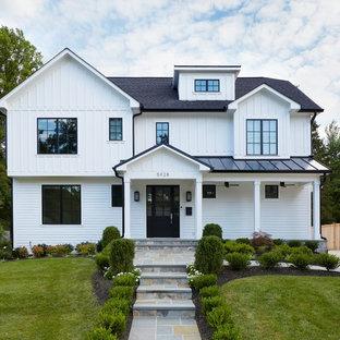 Idee per la facciata di una casa unifamiliare grande bianca country a due piani con rivestimento in legno, tetto a capanna e copertura mista