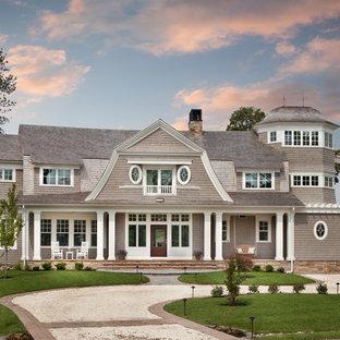 Großes Drei Oder Mehrstöckiges Graues Klassisches Haus Mit Holzfassade Und Mansardendach In Washington