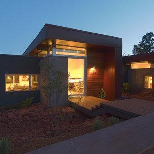 Immagine della facciata di una casa unifamiliare marrone moderna a due piani di medie dimensioni con rivestimento in metallo e tetto piano