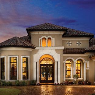 Свежая идея для дизайна: двухэтажный, серый дом в средиземноморском стиле - отличное фото интерьера