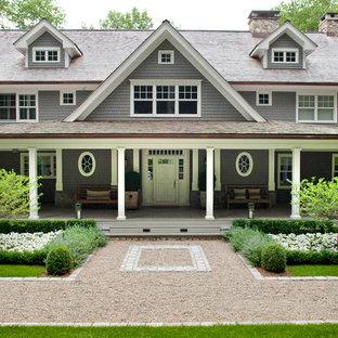 Idee per la facciata di una casa grigia vittoriana a tre o più piani con rivestimento in legno