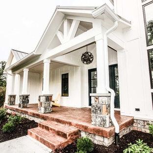 Стильный дизайн: большой, двухэтажный, деревянный, белый частный загородный дом в стиле кантри с двускатной крышей и металлической крышей - последний тренд
