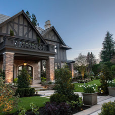 Traditional Exterior by Teragon Developments & Construction Inc.