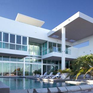 Esempio della facciata di una casa bianca moderna a due piani