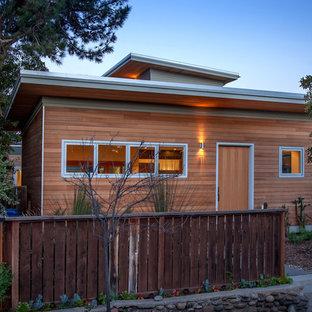 Diseño de fachada marrón, marinera, de tamaño medio, de dos plantas, con revestimiento de madera y tejado de un solo tendido