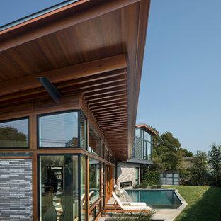 Idéer för ett stort modernt hus, med två våningar, metallfasad, pulpettak och tak i metall