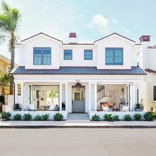 Zweistöckiges, Weißes Maritimes Einfamilienhaus mit Schindeldach in Orange County