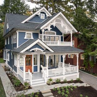 Modelo de fachada de casa azul, clásica, de tres plantas, con tejado a cuatro aguas y tejado de teja de madera