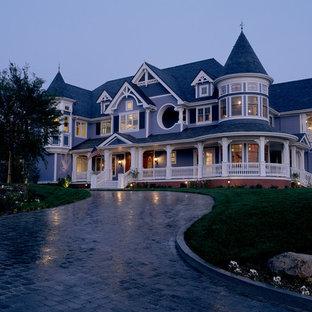 Foto della facciata di una casa grande blu vittoriana