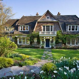 Idee per la facciata di una casa vittoriana a due piani con rivestimento in legno, tetto a mansarda e copertura a scandole