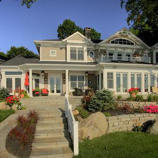 Foto della villa ampia beige vittoriana a due piani con rivestimento in legno e copertura a scandole
