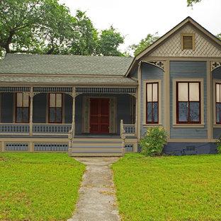 Diseño de fachada azul, tradicional, pequeña, de una planta, con revestimiento de madera