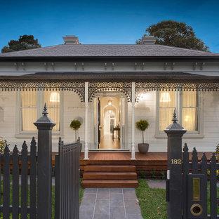 Источник вдохновения для домашнего уюта: одноэтажный, белый частный загородный дом в викторианском стиле с вальмовой крышей и крышей из гибкой черепицы