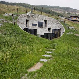 Idee per la facciata di una casa piccola eclettica a due piani con rivestimento in pietra