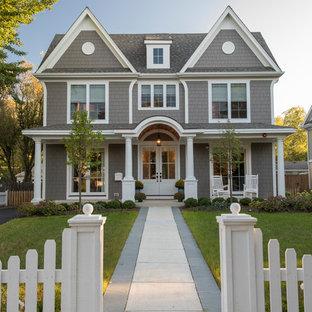 Cette photo montre une façade de maison grise chic de taille moyenne et à un étage avec un revêtement en panneau de béton fibré, un toit à deux pans et un toit en shingle.