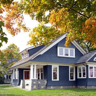 Foto della facciata di una casa blu classica a due piani