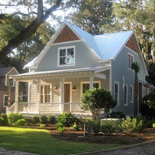 Modelo de fachada de casa azul, marinera, de tamaño medio, de dos plantas, con revestimiento de vinilo, tejado a dos aguas y tejado de metal