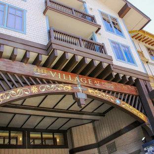 サクラメントの中くらいのトランジショナルスタイルのおしゃれな家の外観 (木材サイディング、アパート・マンション) の写真
