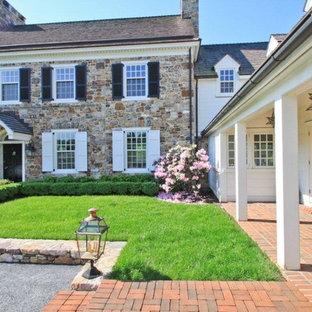 Idéer för att renovera ett mycket stort vintage vitt hus, med tre eller fler plan och blandad fasad
